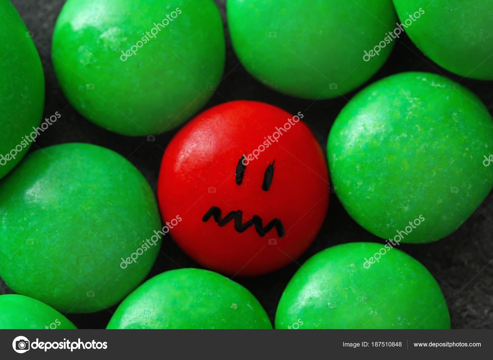 Una Gota Roja Con Cara Triste Pintado Entre Verdes Concepto De