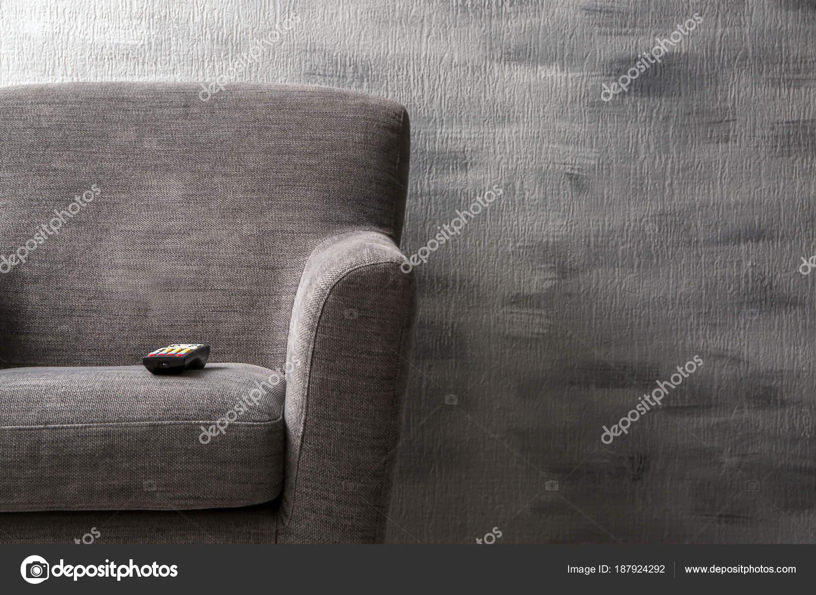 poltrona confortável com controle remoto de tv dentro de casa