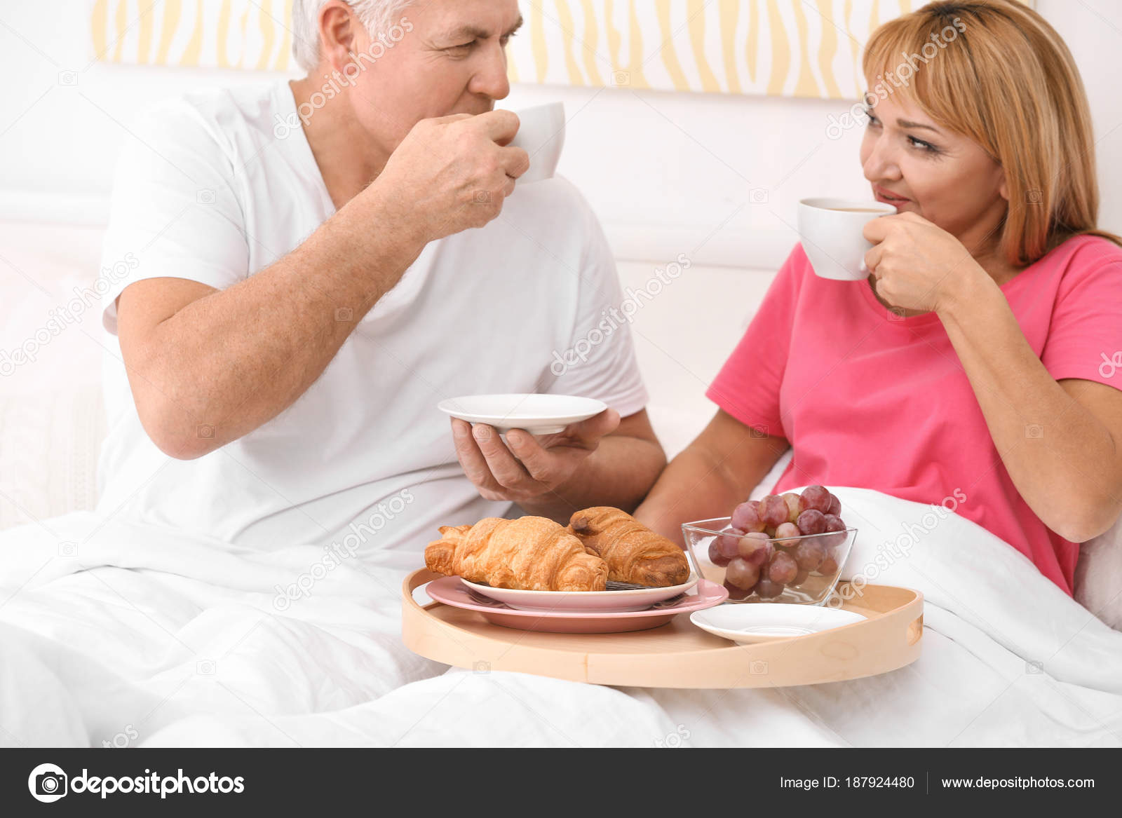 Mature A Letto.Mature Couple Having Breakfast In Bed Romantic Morning Stock