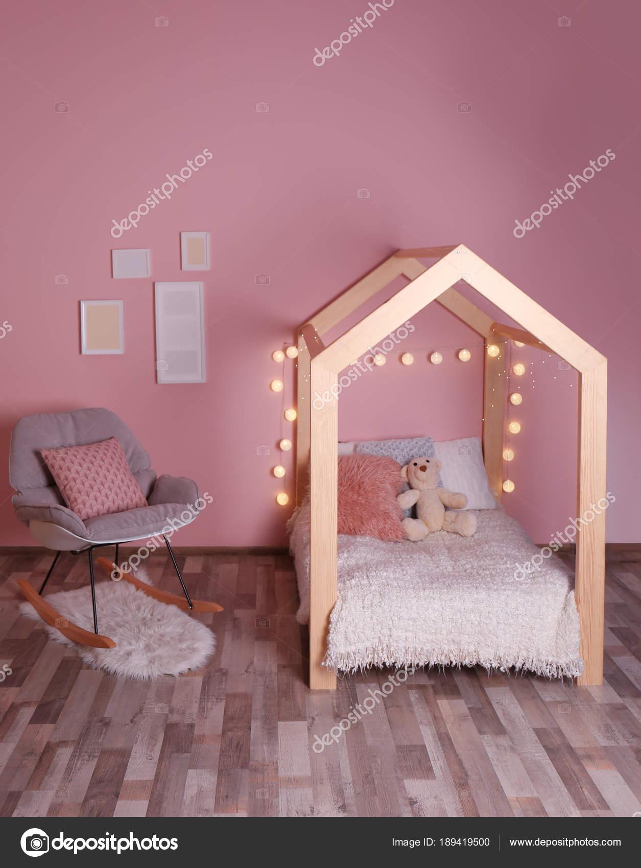 Confortable Lit Chaise Berçante Dans Chambre Enfant Moderne ...