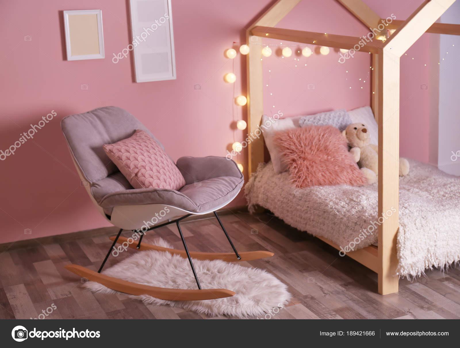 Sedie A Dondolo Bambini : Comodo letto sedia dondolo camera bambini moderni u foto stock