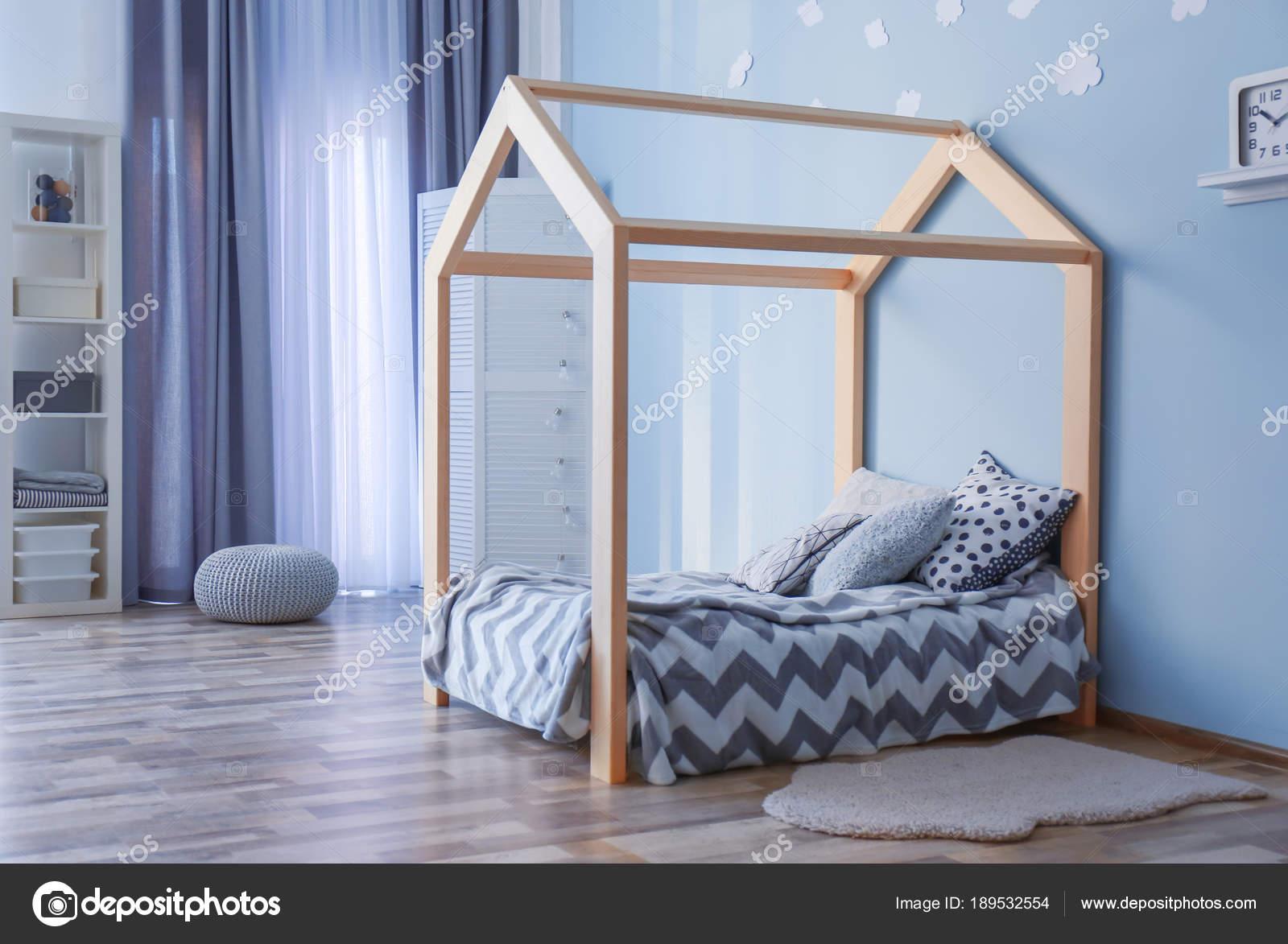 Nachtkastje Kinderkamer Afbeeldingen : Moderne kinderkamer u stockfoto belchonock