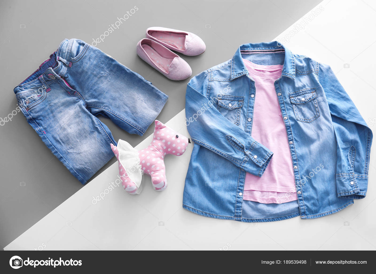 161dd652408 Σύνθεση με μοντέρνα παιδιά ρούχα — Φωτογραφία Αρχείου © belchonock ...