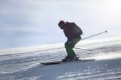 Fotografie Muž, sjezdové lyžování na zasněžených resort. Zimní dovolená