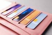 Fotografie Kožená peněženka s mnoha kreditních karet, closeup