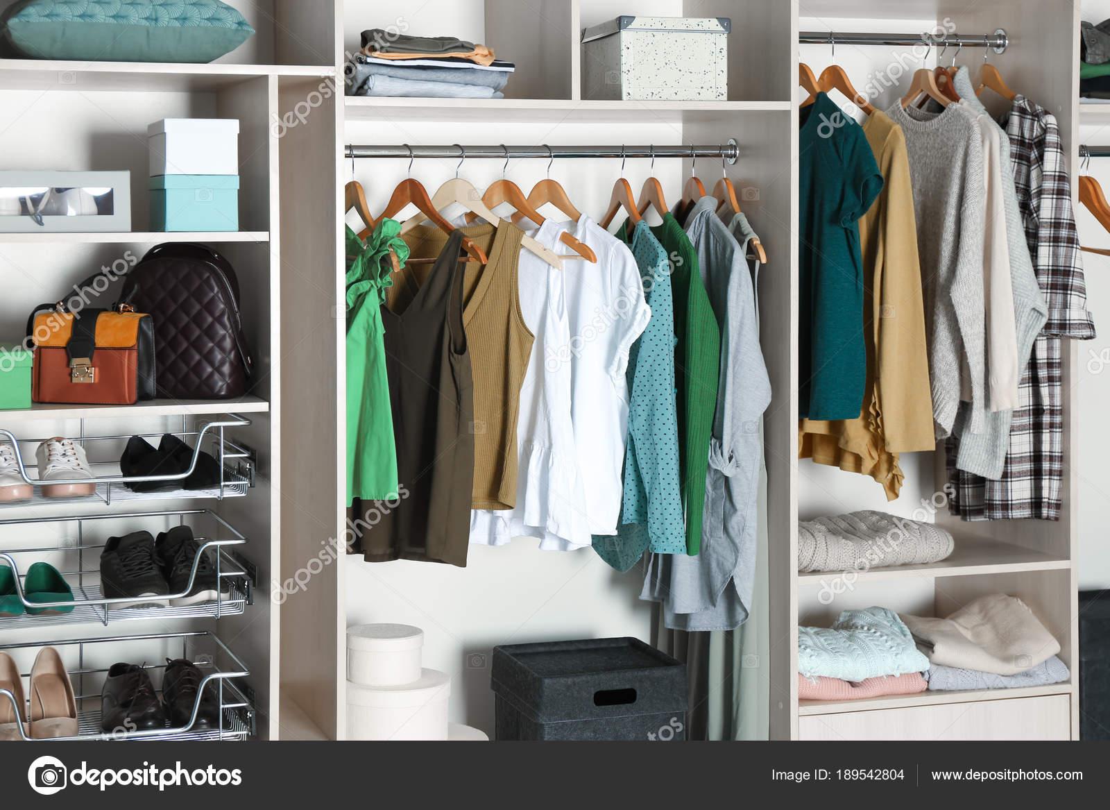 Großer Kleiderschrank — Stockfoto © belchonock #189542804