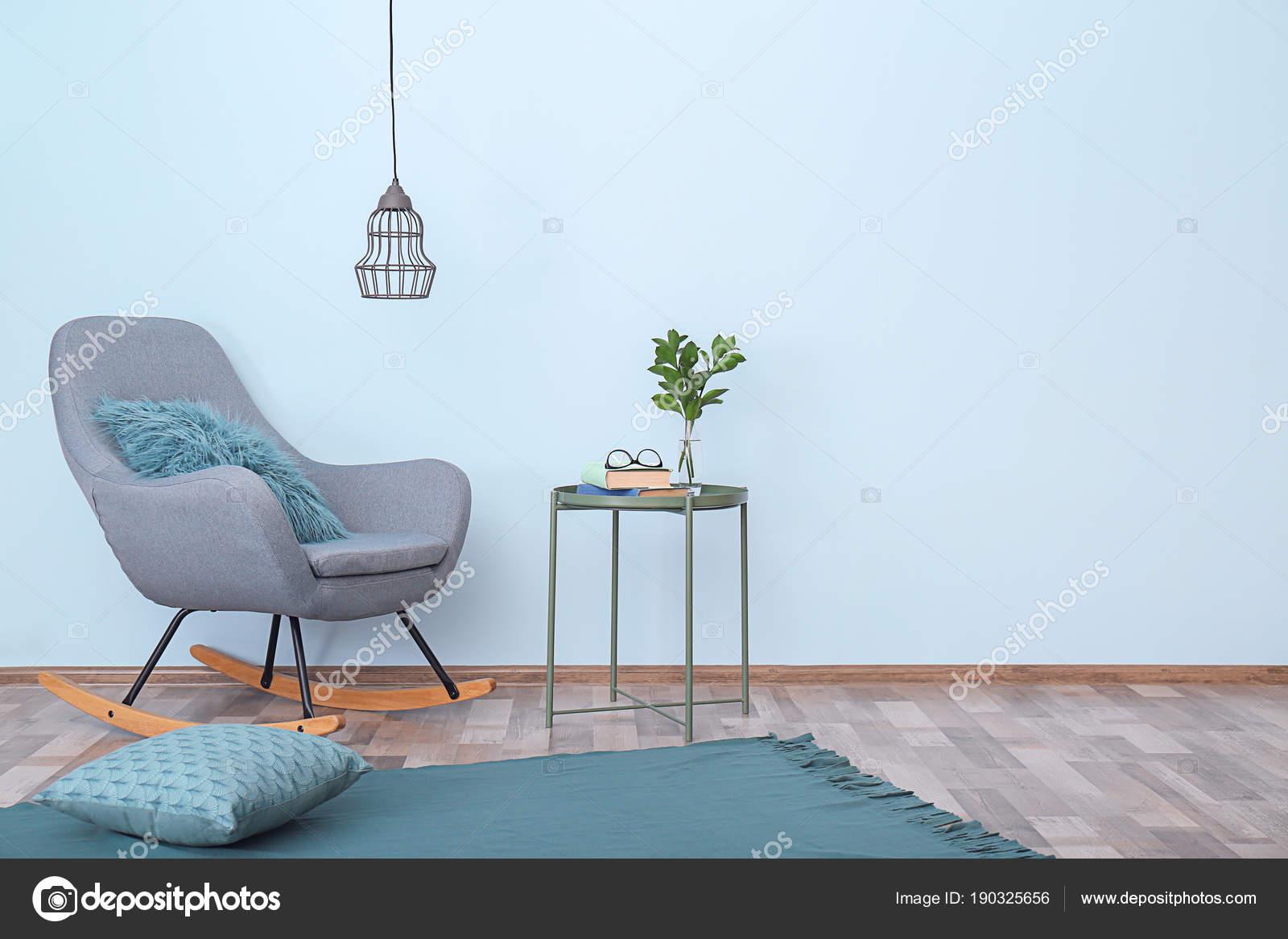 Elegante kamer interieur met comfortabele schommelstoel buurt van