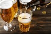 Fényképek a fából készült asztal üveg sör öntés