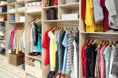 Fotografie Velká šatní skříň s ženské oblečení a doplňky v šatně