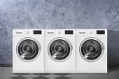 Moderní pračky barva zdi uvnitř. Prací den