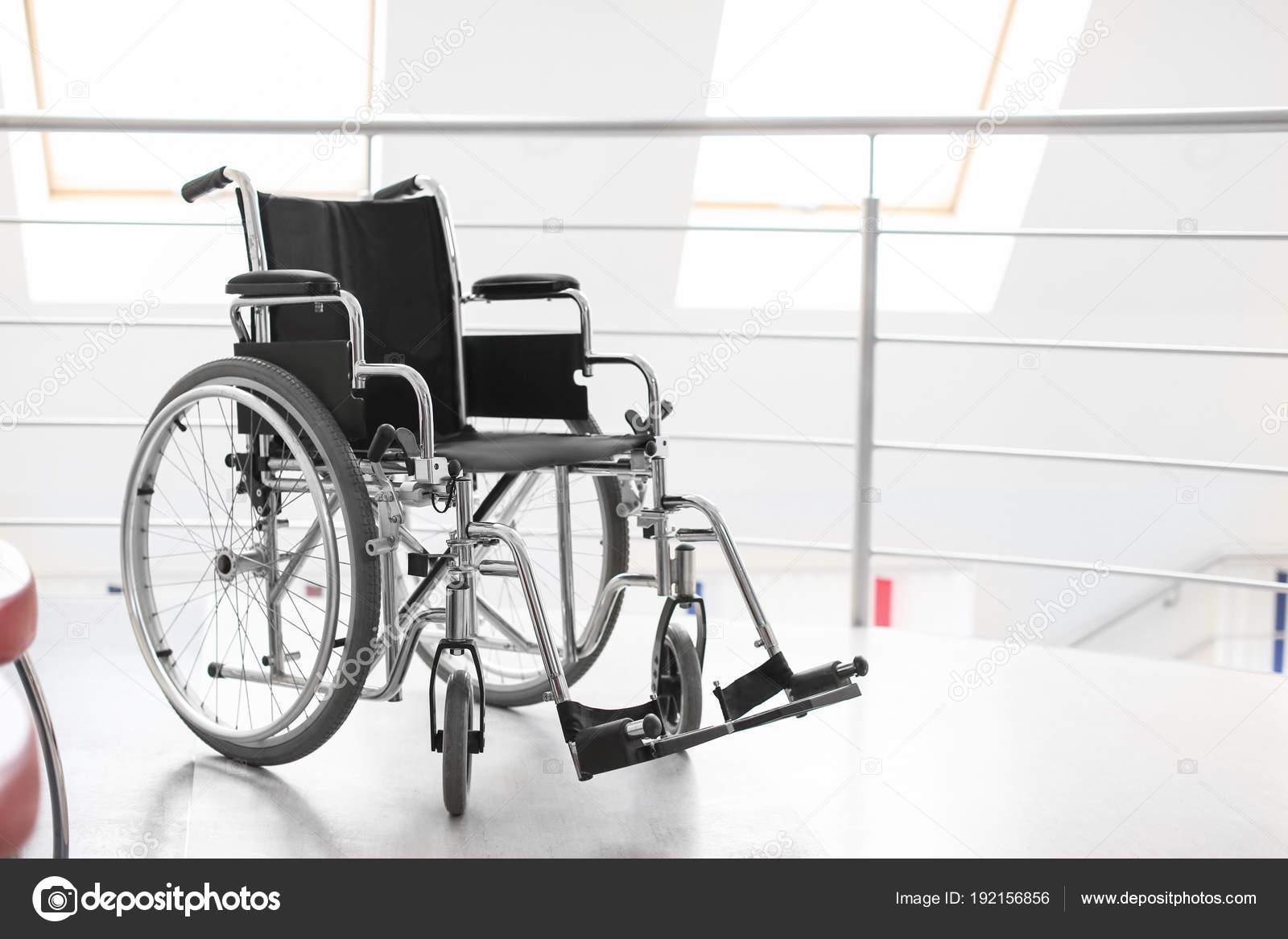 пустой современной инвалидной коляски больнице стоковое