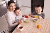 Fotografie Kindermädchen Fütterung niedliche kleine Jungs in der Küche
