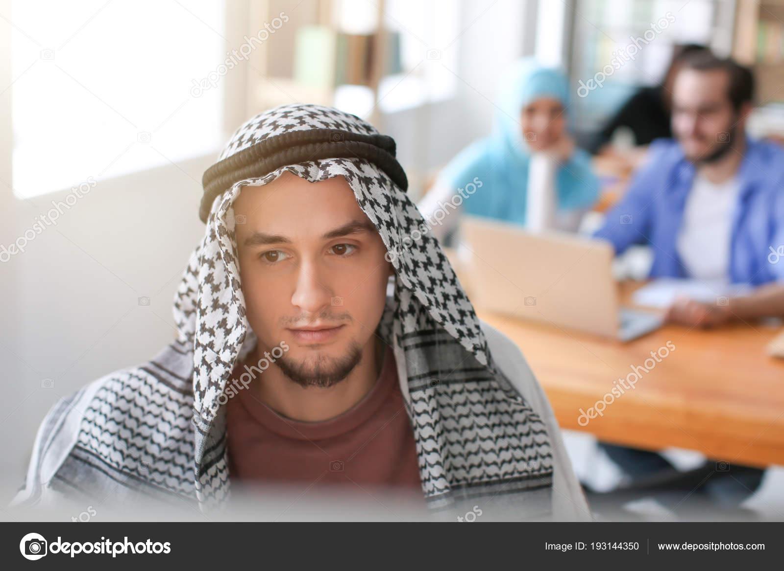 イスラム教徒の男性の伝統的な衣服の室内での勉強 — ストック写真