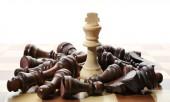 Figure di scacchi in legno e uno diverso a bordo
