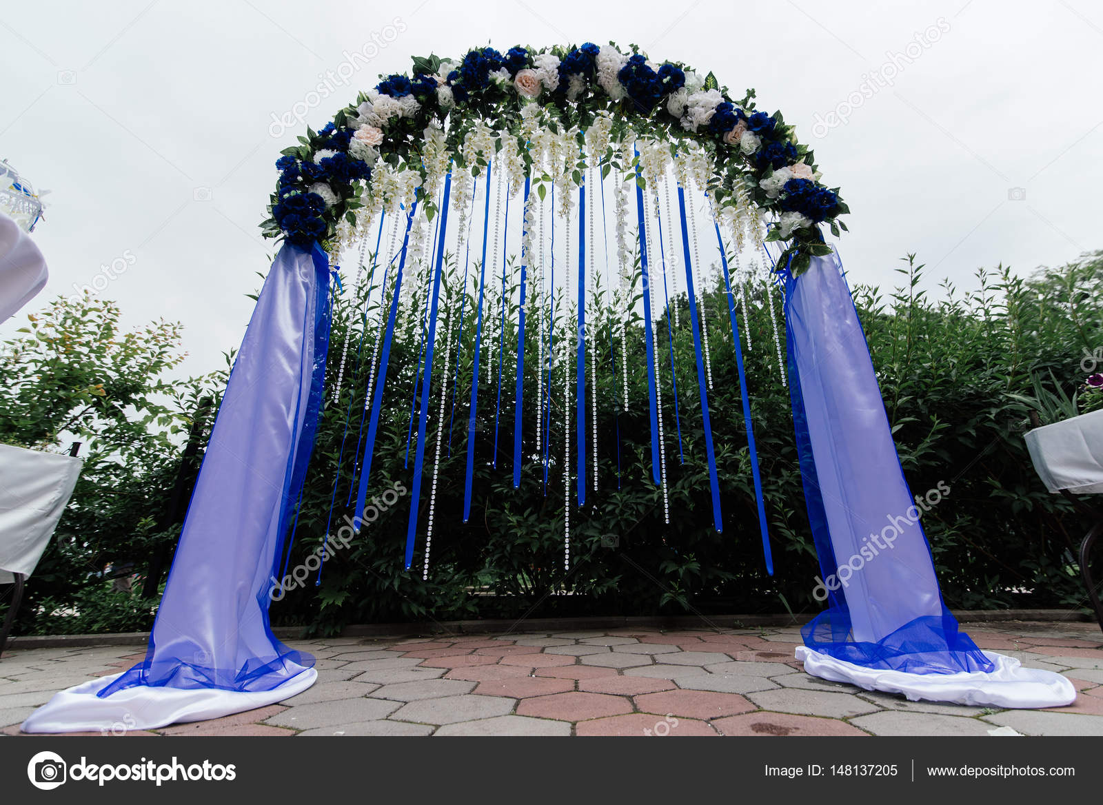 Hochzeit Bogen Mit Blau Weiss Blumen Grun Und Blau Bander