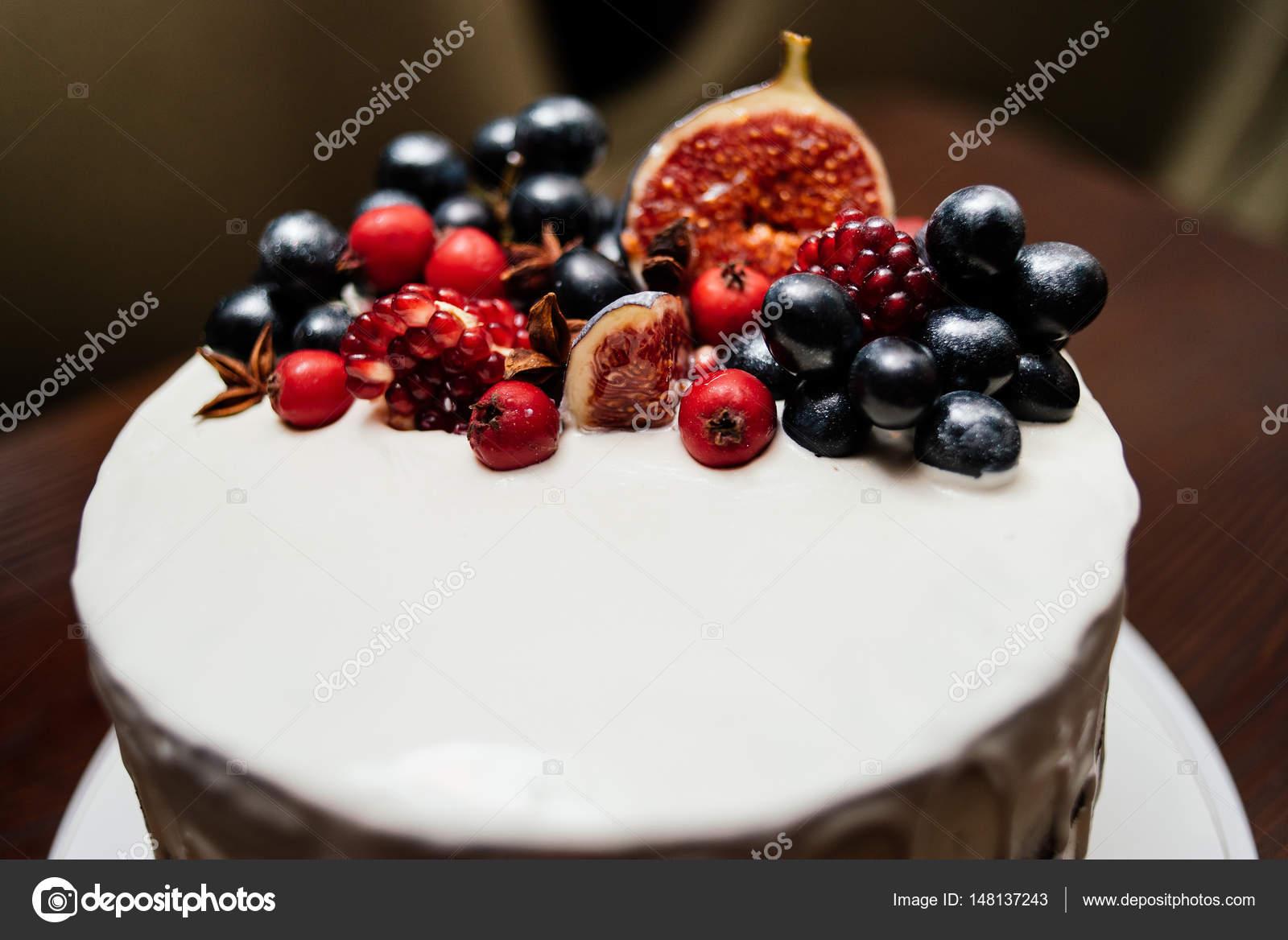 Kuchen Mit Frischem Obst Auf Der Weissen Platte Auf Einem Holzernen