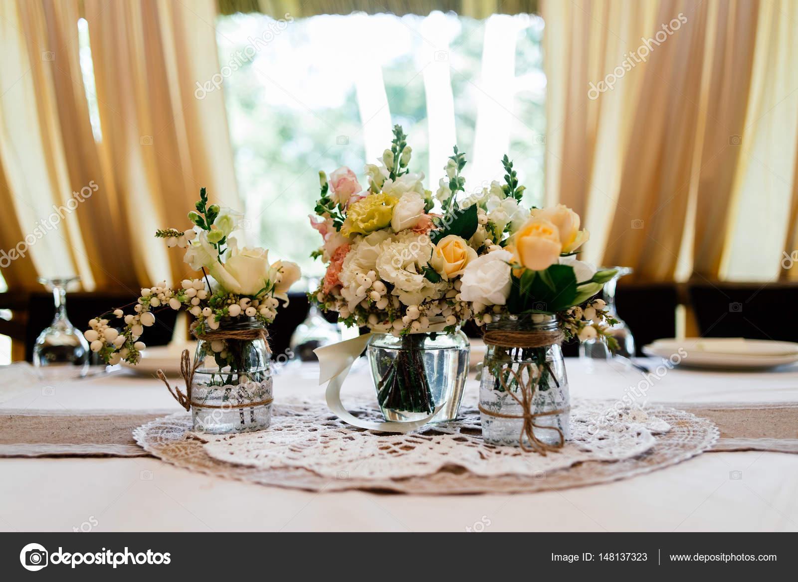 Matrimonio In Giallo E Bianco : Matrimonio bouquet di giallo bianco e rosa rose sono in vasi u2014 foto