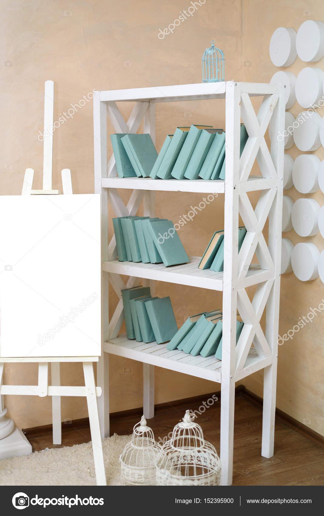 Wunderbar Weißes Bücherregal Das Beste Von Staffelei Mit Leeren Blatt Weißes Papier Neben