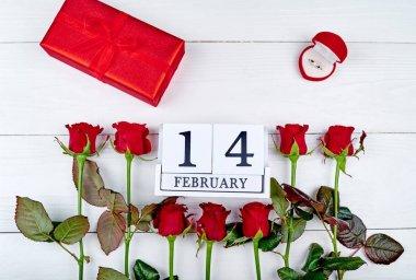 Kırmızı Güllü, hediye kutusu, elmas yüzük ve ahşap blok takvim 14 Şubat Sevgililer günü arka plan boşluk kopyalayın. Tebrik kartı mockup. Aşk kavramı. Üstten Görünüm. Düz yatıyordu
