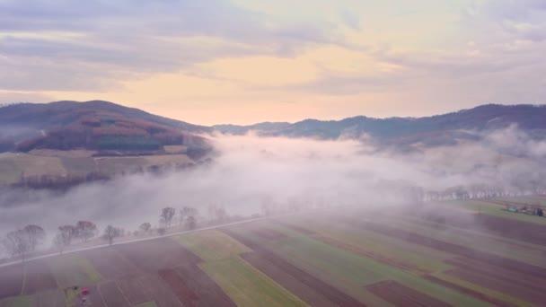 Szép folyó felülről. A fent látható Bieszczady-hegység jellege. Európai táj légi felvétel.