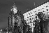 Fotografie Beatles-Statue In Liverpool und The Liver Building