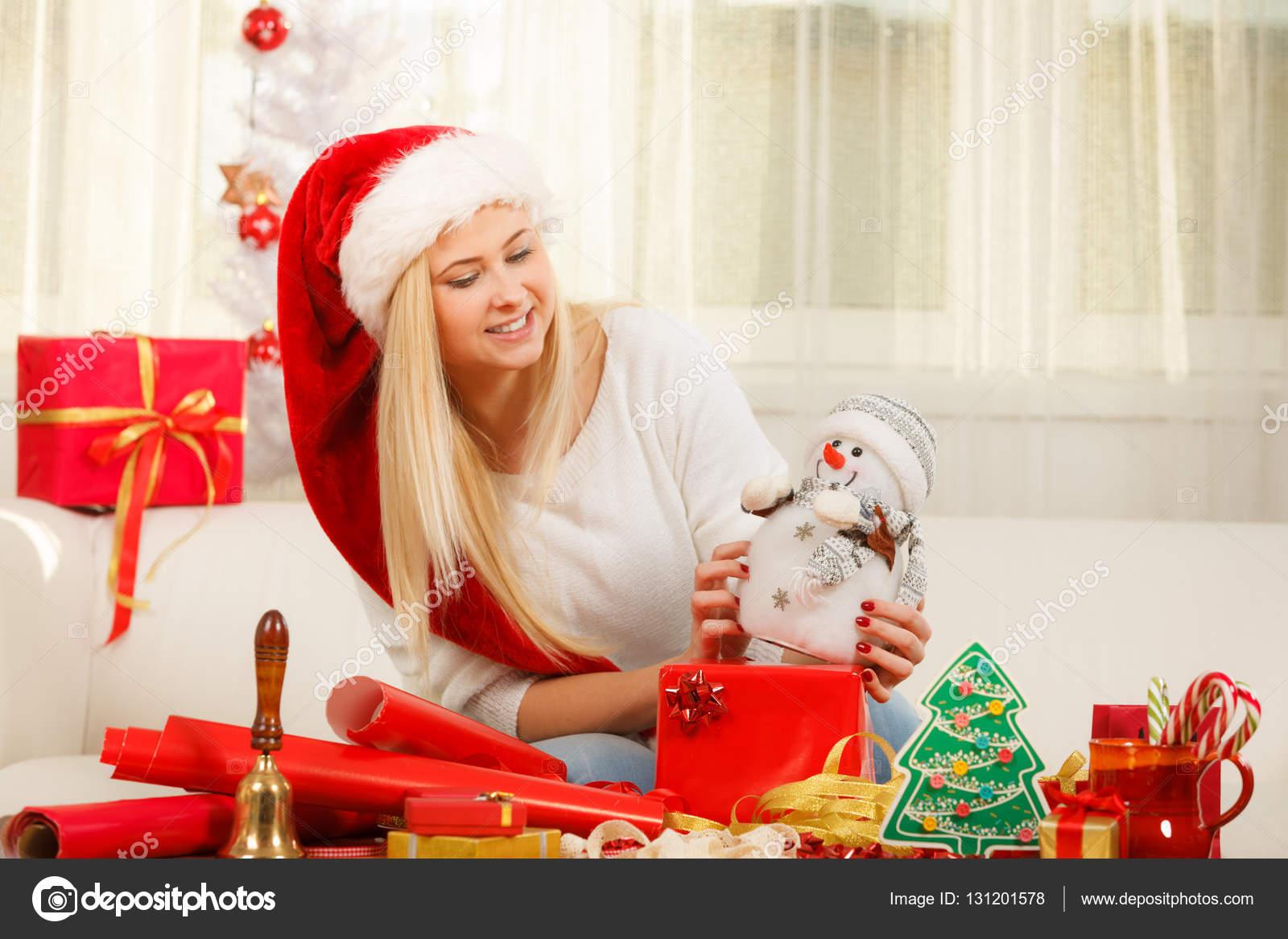 Junge Frau bereitet Geschenke für Weihnachten — Stockfoto ...