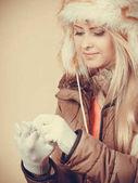 Szőke nő téli meleg szőrös kalapban