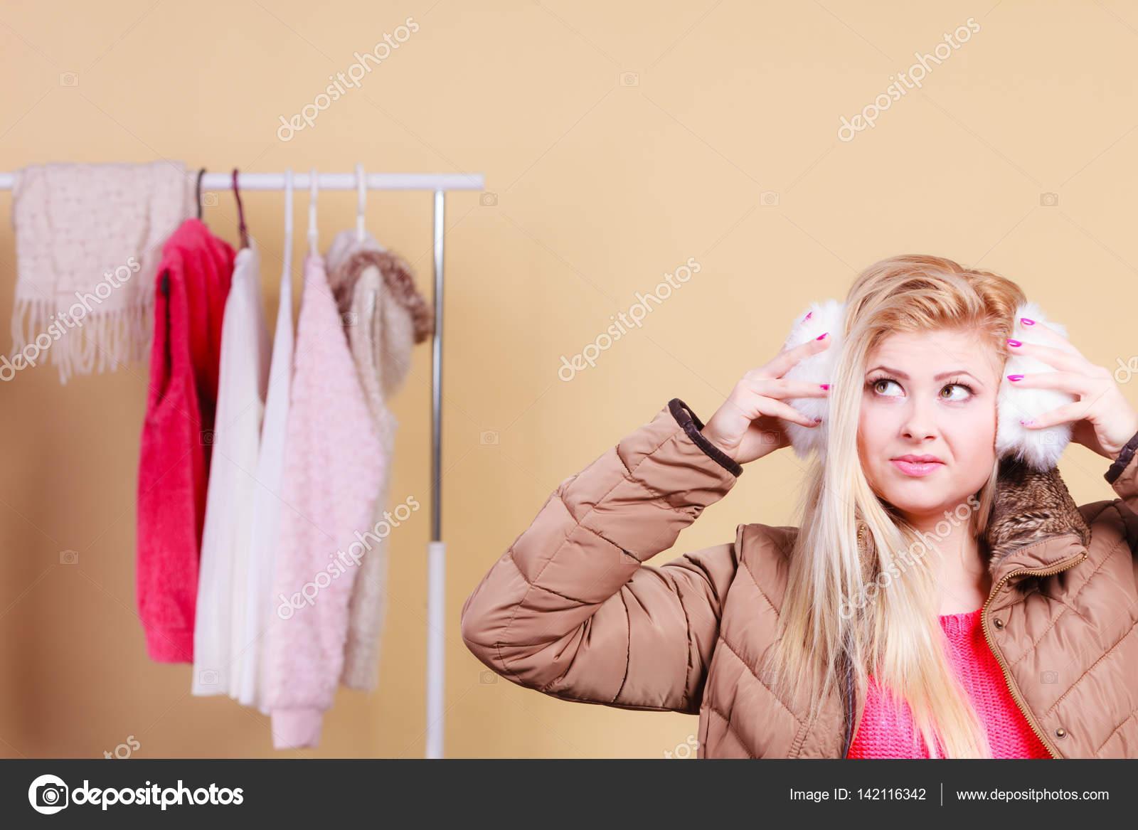 Femme blonde en coquilles chaudes d hiver photographie - Femme blonde photo ...