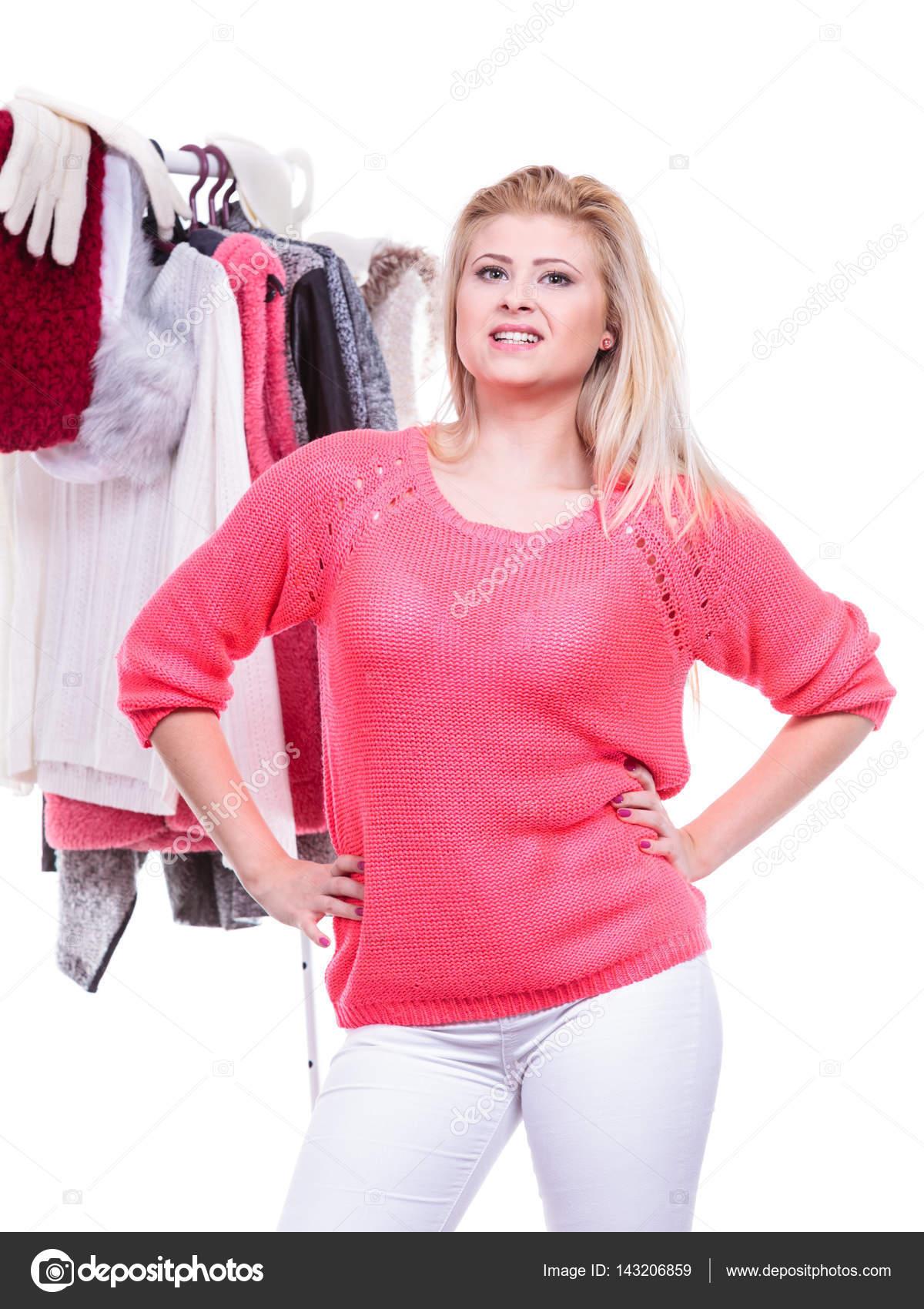 Mujer en casa armario eligiendo ropa, indecisión — Fotos de Stock ...