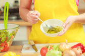 Salatdressing vorbereiten