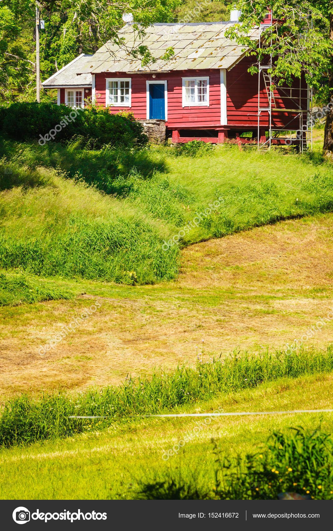 Kleines Landhaus im grünen Bereich — Stockfoto © Anetlanda #152416672