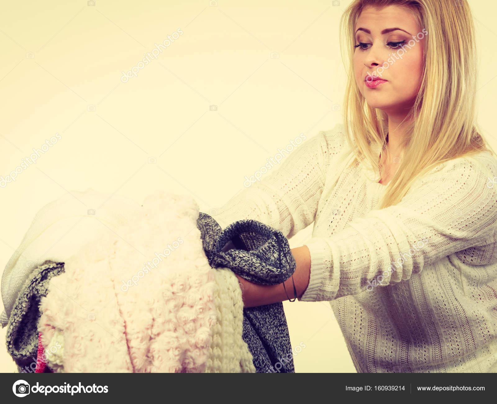1a467e18e4ea Γυναίκα που κρατά πολλά ρούχα — Φωτογραφία Αρχείου © Anetlanda ...