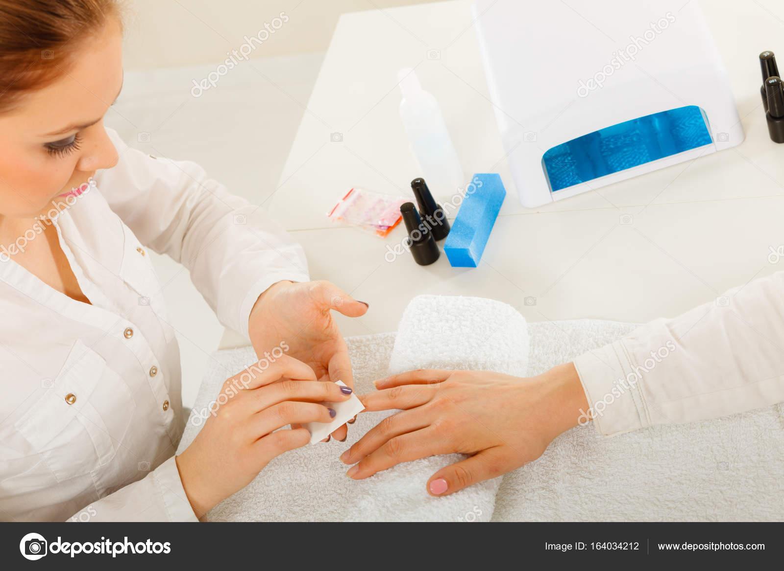 Mujer haciendo la manicura con removedor de esmalte de uñas — Foto ...