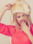 Žena nosí zimní chlupatá teplá čepice