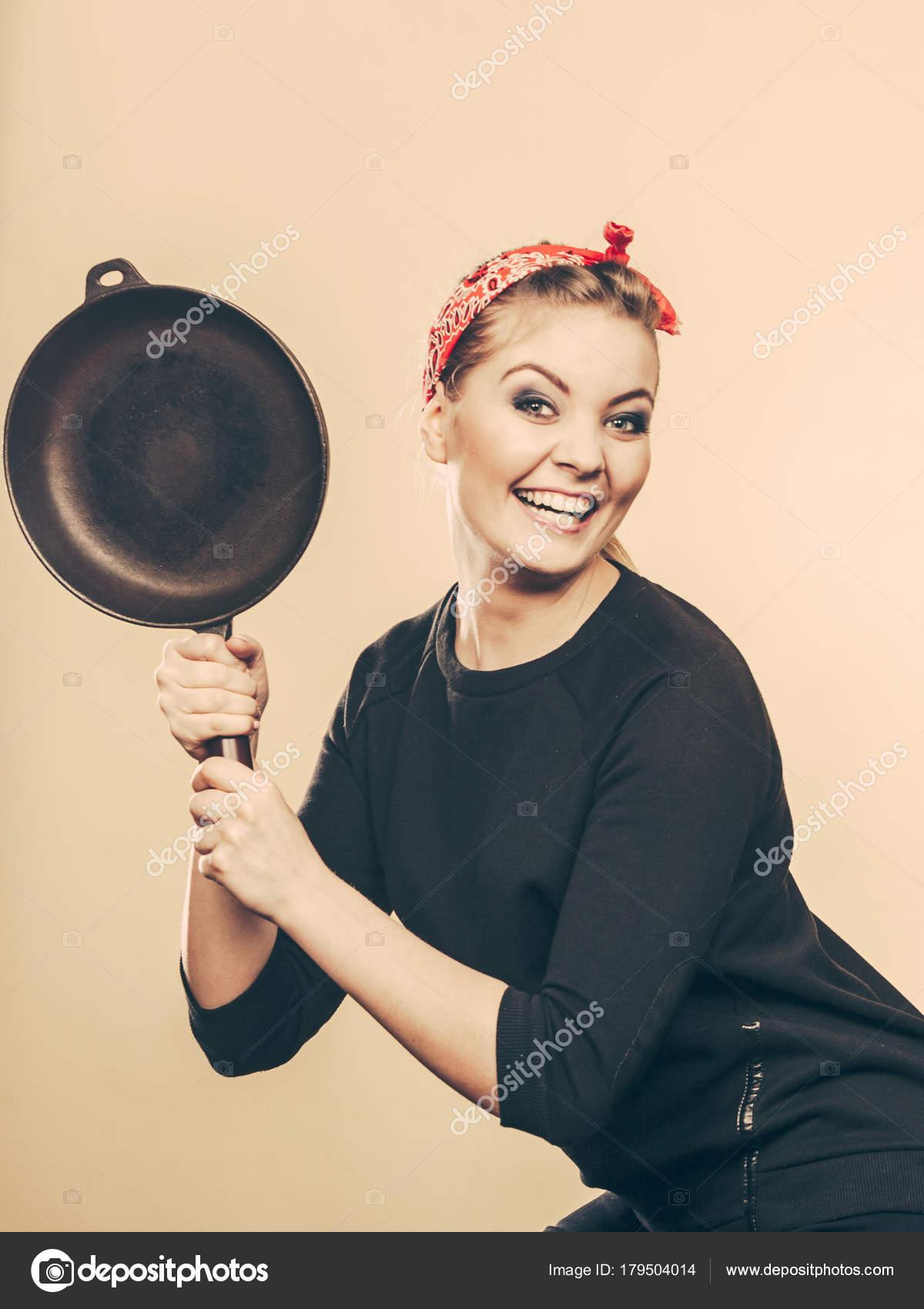 femme s'amuser avec des accessoires de cuisine de style rétro