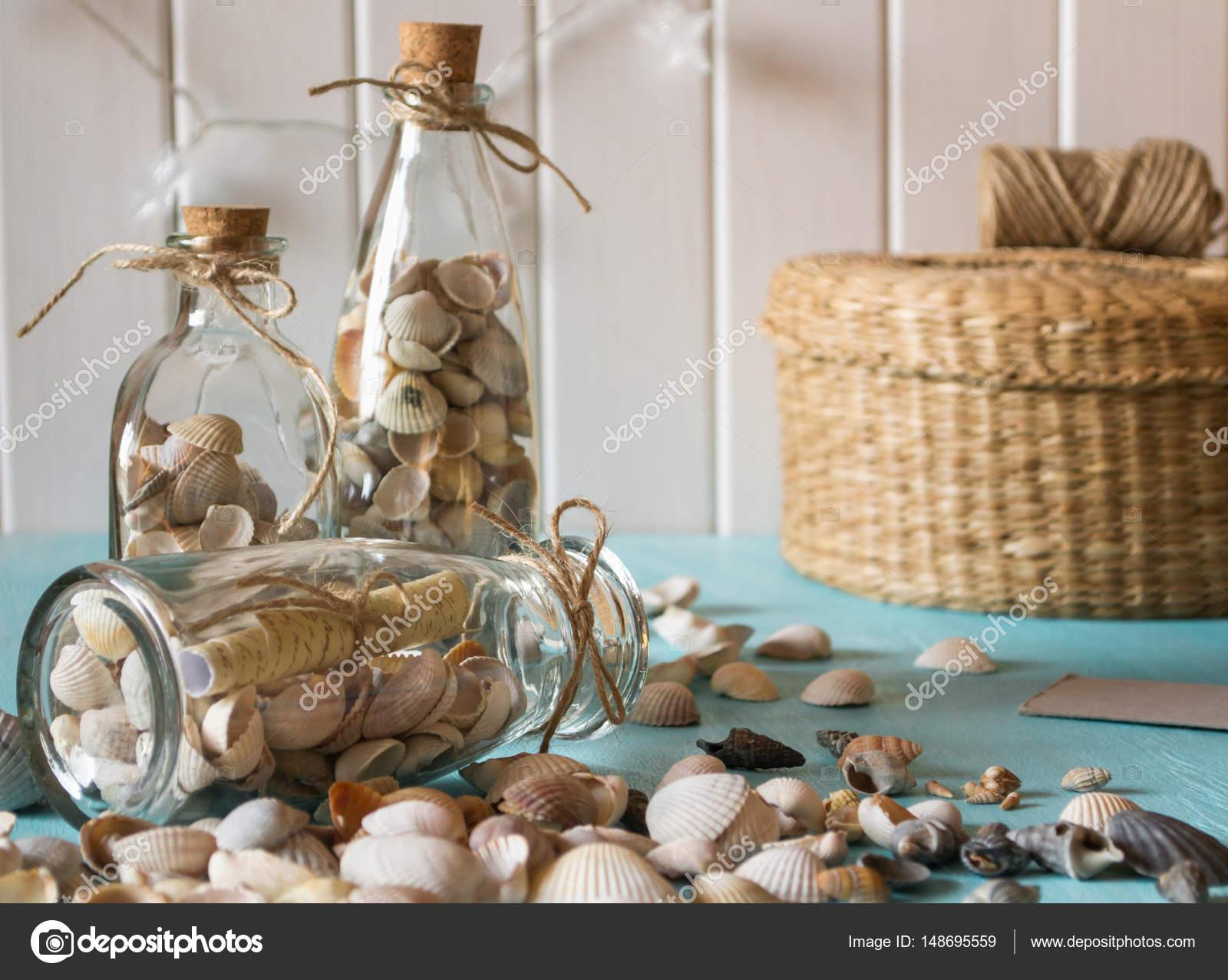 id e de d coration int rieure avec les coquillages et les bouteilles en verre photographie. Black Bedroom Furniture Sets. Home Design Ideas