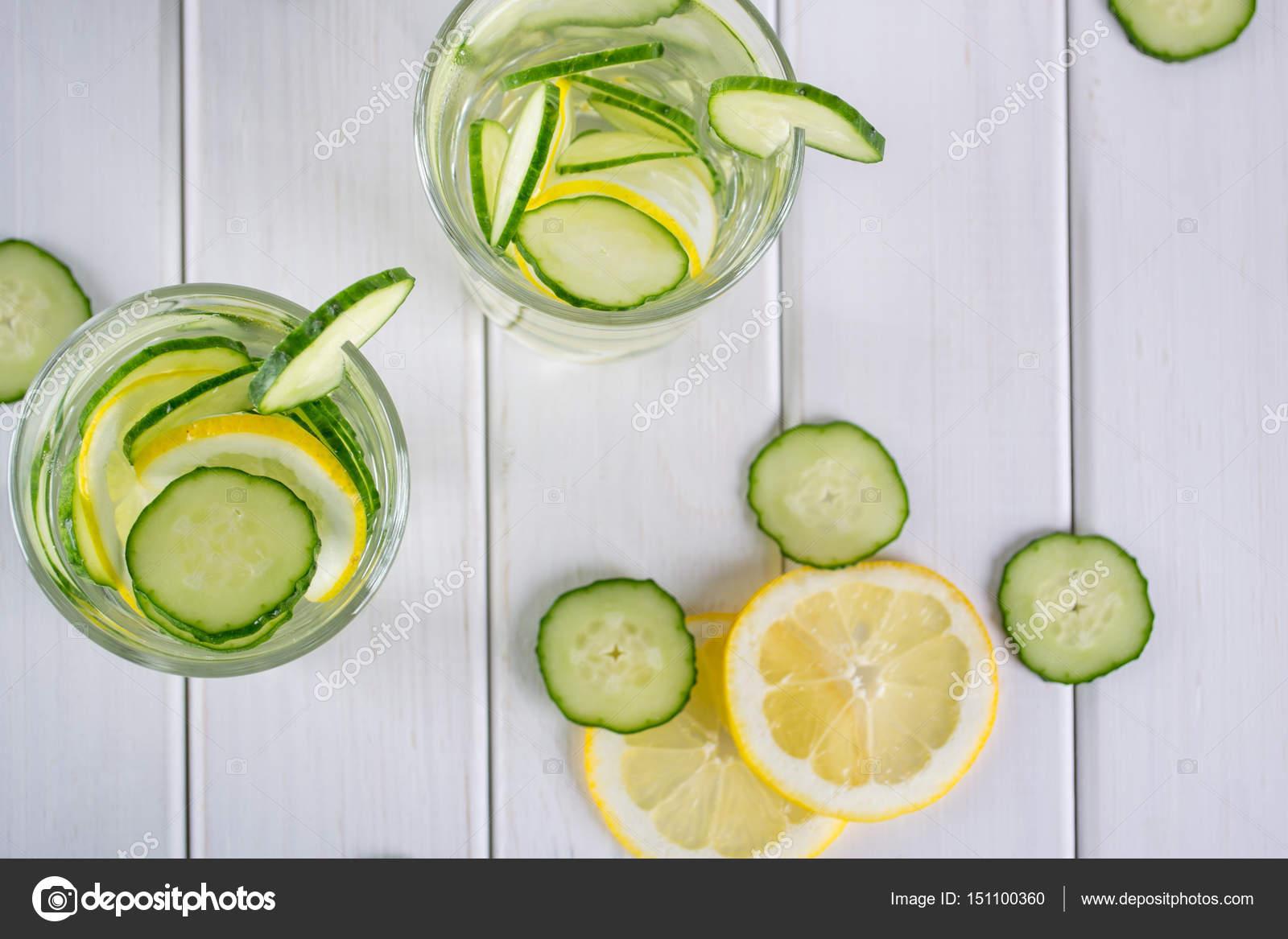Refrescante limonada coctel, pepino, desintoxicación agua en unas ...