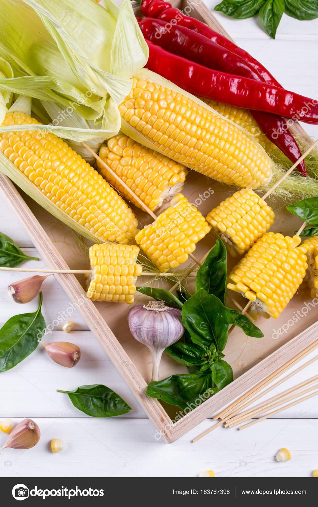 maïs jaune brute sur la cob prêt à griller avec piment ail et fines