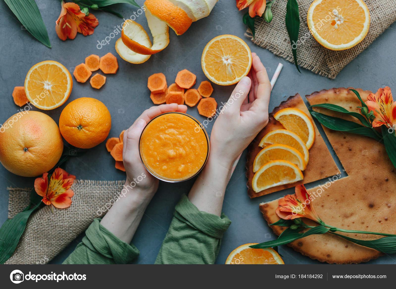 Manos Femeninas Con Licuado Naranja Decorado Con Alstroemeria Partes ...