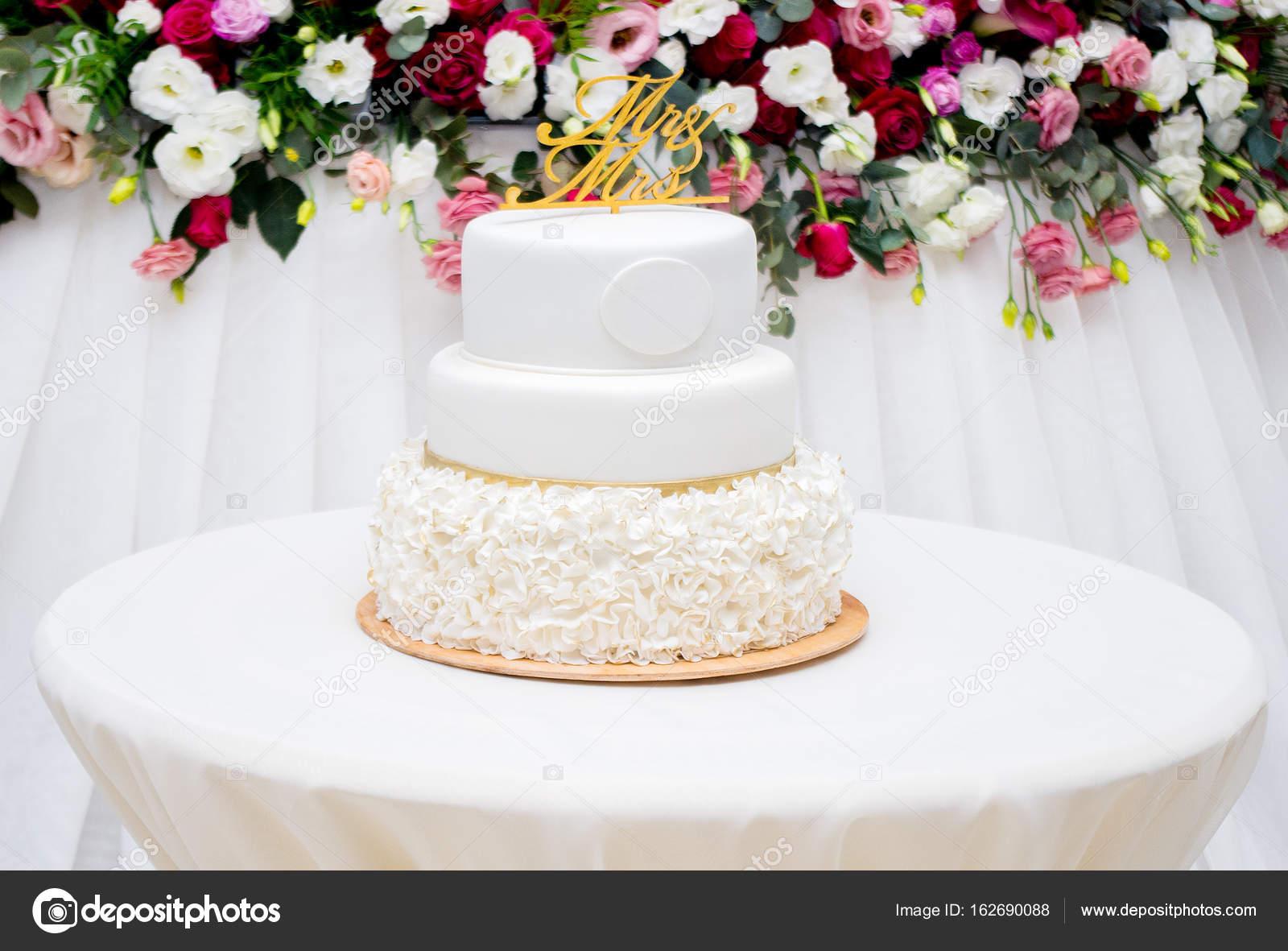 Beautiful white wedding cake at wedding reception — Stock Photo ...
