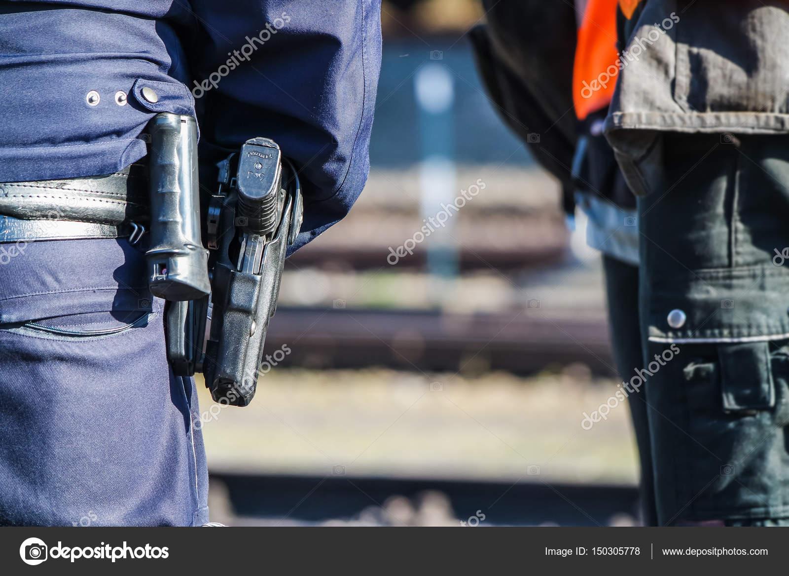 Foto: pistola polisi | Policia alemana con pistola — Foto de