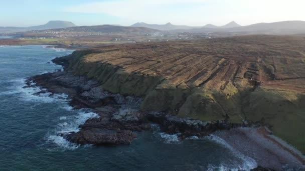 die Küste zwischen meenlaragh und brinlack: tra na gcloch im county donegal - irland - Anzeichen massiver Torfgewinnung