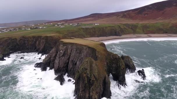 Letecký pohled na krásné pobřeží v Malin Beg při pohledu v hrabství Donegal, Irsko.