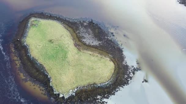 Die herzförmige Love Island an der Küste zwischen Lettermacaward und Portnoo in der Grafschaft Donegal - Irland.