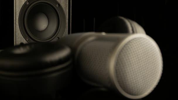Mikrofon, hangszóró és fejhallgató sötét háttérrel