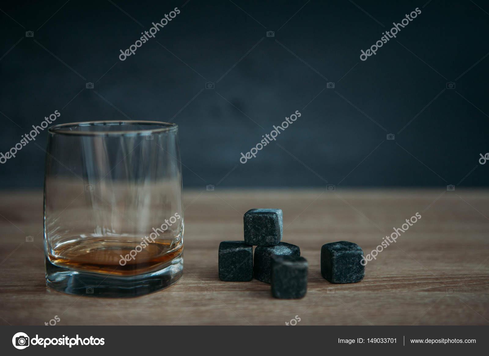 98213de2fec Šedá kameny kostky pro chlazení whisky a sklenici sklenice na tmavém pozadí  dřevěná — Fotografie od foto.shumilova