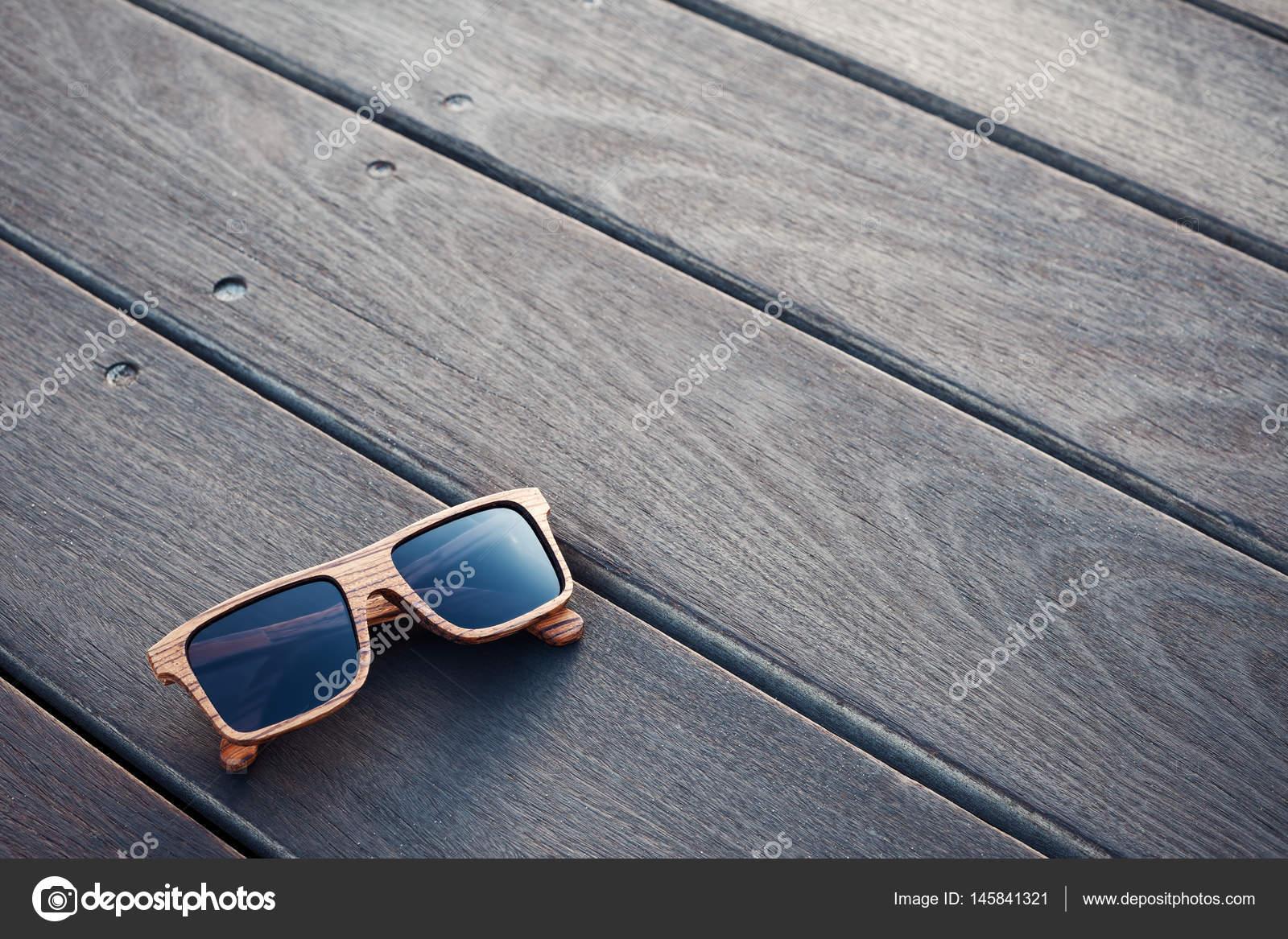 51eebe2d07 Ξύλινα γυαλιά ηλίου και ξύλινο πάτωμα — Φωτογραφία Αρχείου © mooshny ...