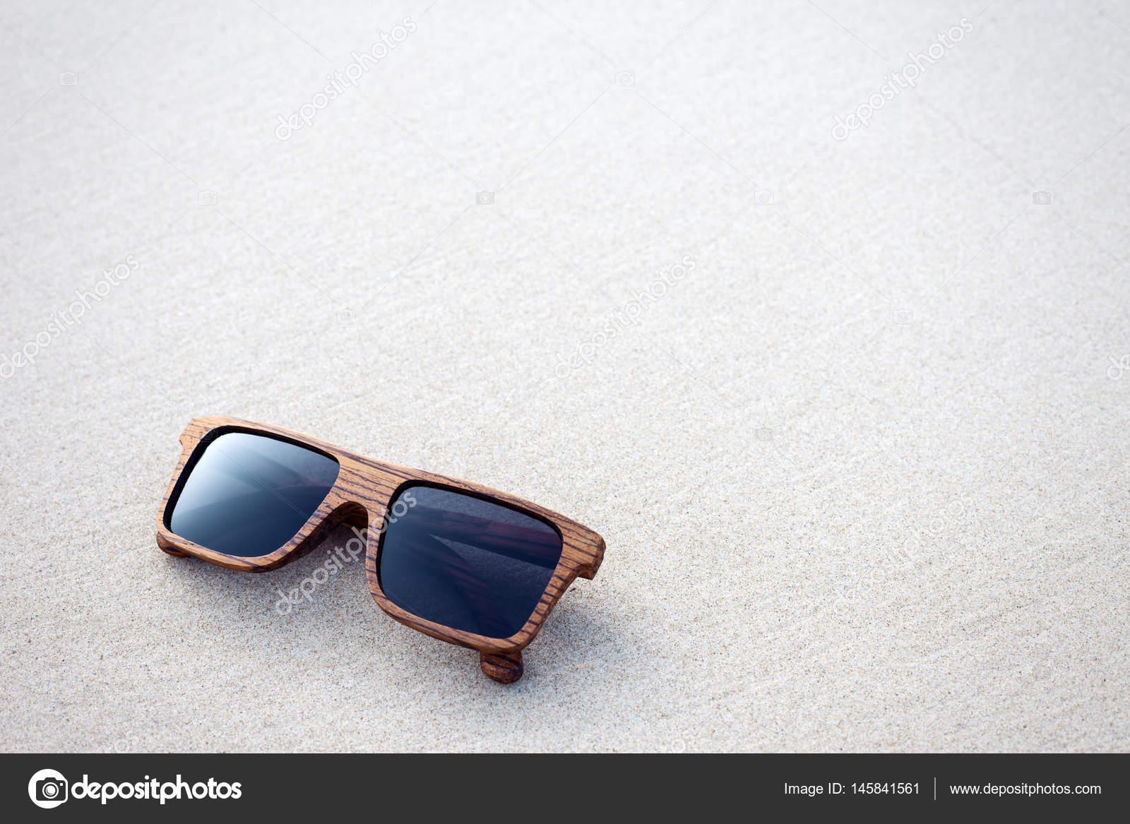 1f9daabb2d Ξύλινα γυαλιά ηλίου ξαπλωμένοι στην αμμουδιά — Φωτογραφία Αρχείου ...