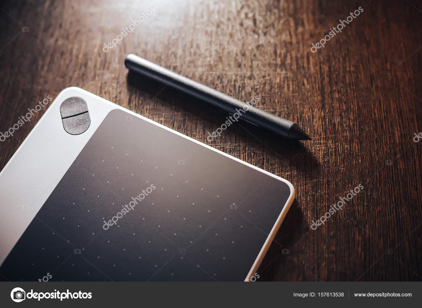Ordinateur de bureau concept artiste tablette graphique sur table