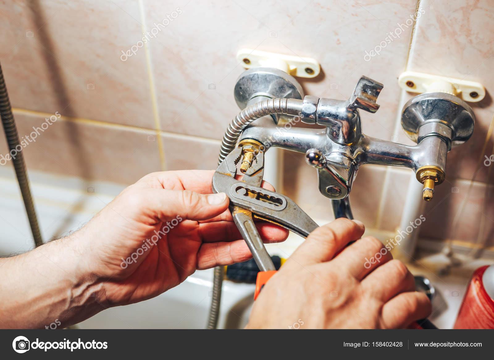 Man Reparatie En Fixing Lekkende Oude Kraan In De Badkamer Stockfoto Rechtenvrije Foto Door C Photografspb 158402428